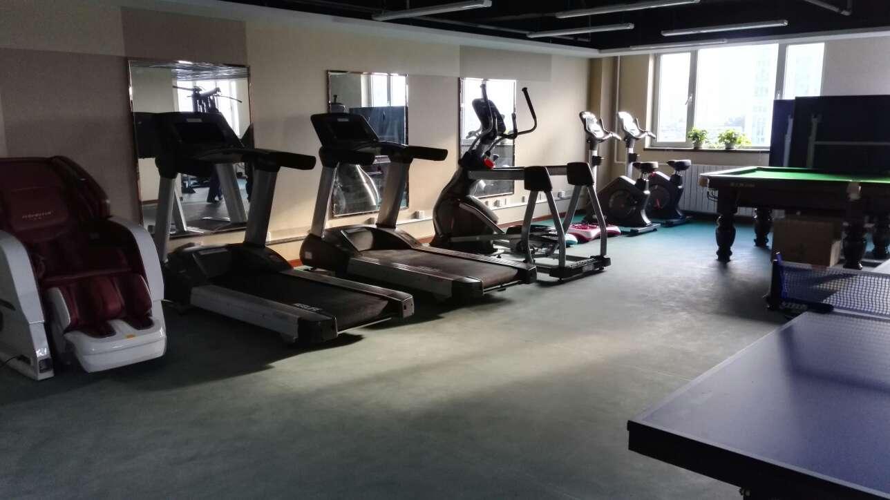 健身房配置: 有氧器材:跑步机2台,椭圆机1台,健身车1台; 力量器材